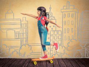 bambino; skateboard; gioca